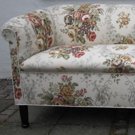 Nyrenoveret sofa med blomstret betræk