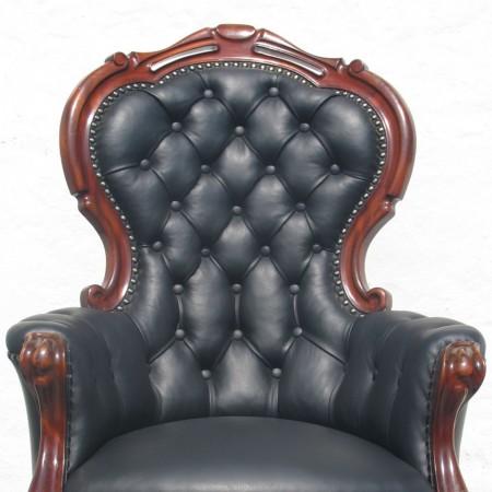 Antik stol. Træværk og læderbetræk er renoveret af Møbelværkstedet i Osted