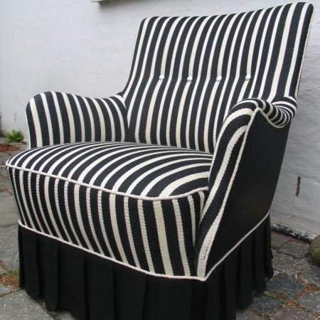 Polstret lænestol med nyt stribet stof, renoveret af Møbelværkstedet